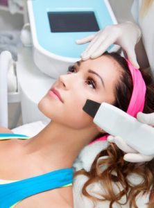 Лазерная терапия дает возможность удалять небольшие сосуды за одну процедуру