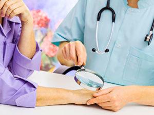 В доме, в котором проживает заражённый контагиозным моллюском человек, необходимо в срочном порядке провести медицинский осмотр